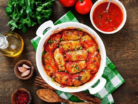 Зелеви сарми от кисело зеле с кайма, булгур, праз лук и доматен сос в тенджера - снимка на рецептата